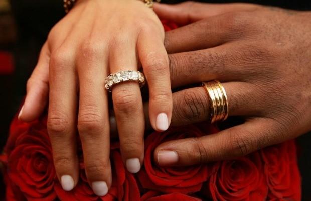 wedding-ring-on-black-hand-oBA4FeMD